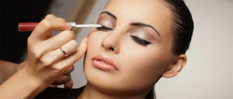 Applying-Make-up